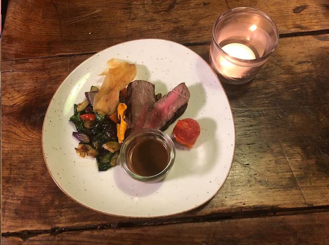 Tomahawk-Steak mit Bärlauch-Grillgemüse und Pfeffersauce