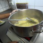 Zubereitung Fiakergulasch: Zwiebel anschitzen
